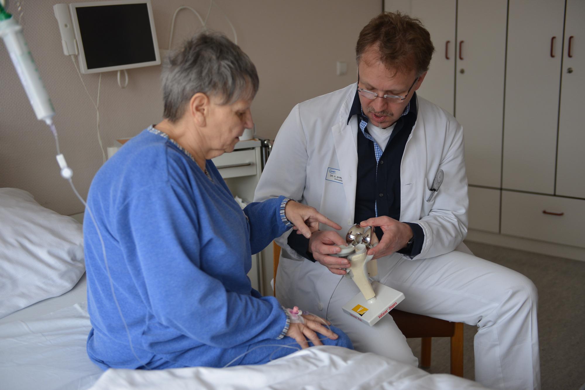 Krankenhausverein stiftet Liege-Lift-Rollstuhl